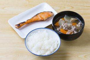 豚汁と焼鮭の写真素材 [FYI04889373]