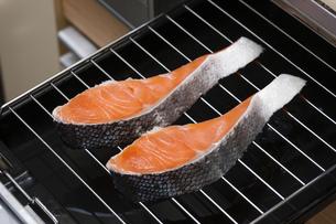 鮭の切り身の写真素材 [FYI04889424]