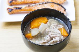 豚汁と焼鮭の写真素材 [FYI04889450]