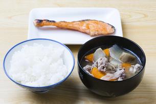 豚汁と焼鮭の写真素材 [FYI04889453]