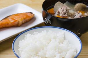 豚汁と焼鮭の写真素材 [FYI04889456]