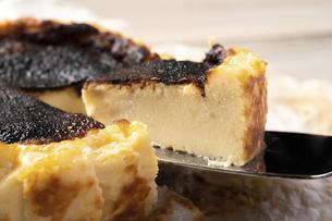 バスクチーズケーキの写真素材 [FYI04889498]
