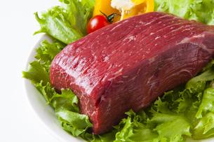 牛モモ肉ブロック肉の写真素材 [FYI04889536]