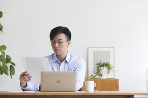 ノートパソコンを使い仕事をする男性の写真素材 [FYI04889584]