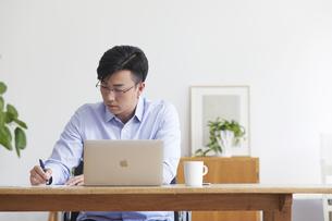 ノートパソコンを使い仕事をする男性の写真素材 [FYI04889588]