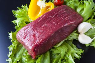 牛モモ肉ブロック肉の写真素材 [FYI04889592]