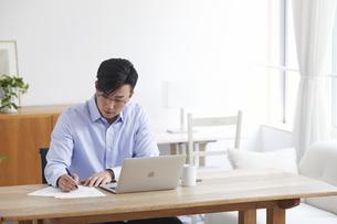 ノートパソコンを使い仕事をする男性の写真素材 [FYI04889593]
