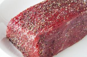塩コショウした牛モモ肉ブロック肉の写真素材 [FYI04889595]