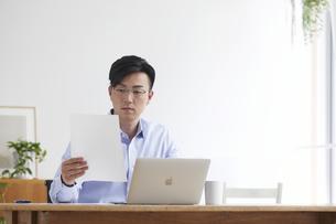 ノートパソコンを使い仕事をする男性の写真素材 [FYI04889599]