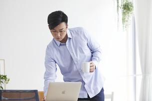 ノートパソコンを使い仕事をする男性の写真素材 [FYI04889600]
