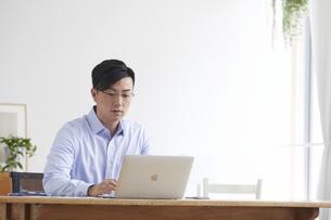 ノートパソコンを使い仕事をする男性の写真素材 [FYI04889602]