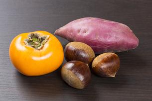 柿と栗とサツマイモの写真素材 [FYI04889626]