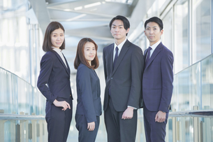 ビジネスシーン・男女4人のチームの写真素材 [FYI04889665]