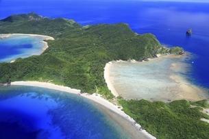 沖縄県 慶良間諸島の空撮の写真素材 [FYI04889701]