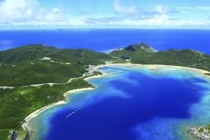 沖縄県 慶良間諸島の空撮の写真素材 [FYI04889702]