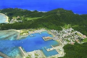 沖縄県 慶良間諸島の空撮の写真素材 [FYI04889703]