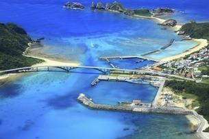 沖縄県 慶良間諸島の空撮の写真素材 [FYI04889705]