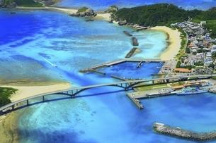 沖縄県 慶良間諸島の空撮の写真素材 [FYI04889706]
