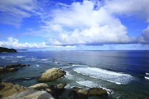 沖縄県 渡嘉敷島の阿波連園地展望台より望む断崖と海の写真素材 [FYI04889721]