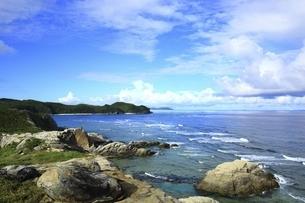 沖縄県 渡嘉敷島の阿波連園地展望台より望む断崖と海の写真素材 [FYI04889723]