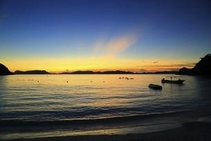 沖縄県 渡嘉敷島の夕焼けの渡嘉志久ビーチの写真素材 [FYI04889725]