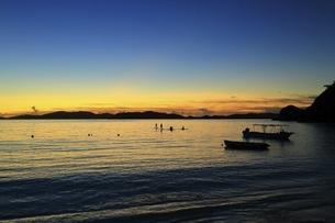 沖縄県 渡嘉敷島の夕焼けの渡嘉志久ビーチの写真素材 [FYI04889726]