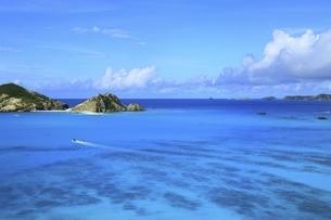 沖縄県 渡嘉敷島の阿波連港とハナリ島の写真素材 [FYI04889728]