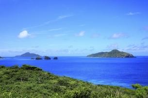 沖縄県 座間味島の女瀬の崎展望台より青い海を望むの写真素材 [FYI04889741]