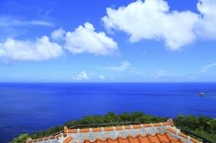沖縄県 座間味島の稲崎展望台より青い海を望むの写真素材 [FYI04889743]