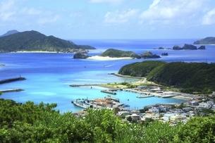 沖縄県 座間味島の高月山展望台より座間味港を望むの写真素材 [FYI04889744]