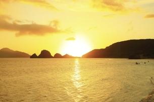 沖縄県 座間味島の阿真ビーチと夕日の写真素材 [FYI04889756]