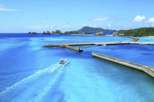 沖縄県 阿嘉島の阿嘉港と漁船の写真素材 [FYI04889769]