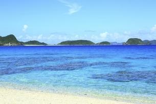 沖縄県 座間味島の古座間味ビーチと渡嘉敷島の写真素材 [FYI04889775]
