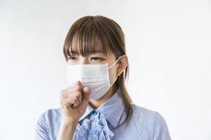 マスクをして咳をする女性の写真素材 [FYI04889931]