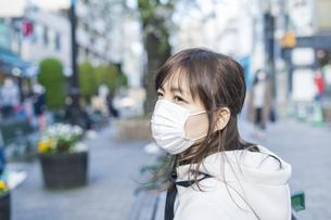 マスクをする女性の写真素材 [FYI04889943]
