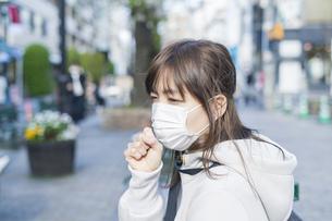 マスクをする女性の写真素材 [FYI04889944]
