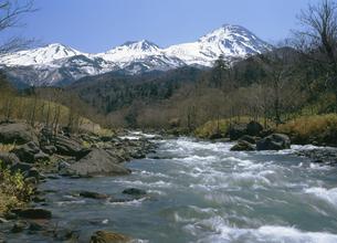 春の岩尾別川と知床連山(北海道・知床)の写真素材 [FYI04890309]