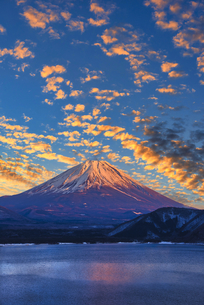 富士山と夕景夕焼け雲の写真素材 [FYI04890356]
