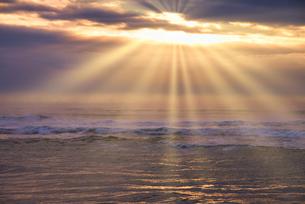 太平洋に上る朝日の写真素材 [FYI04890362]