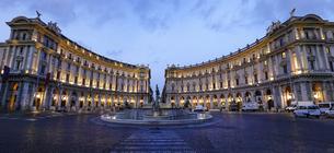 ローマの共和国広場、中心にはナイアディの泉の写真素材 [FYI04890554]
