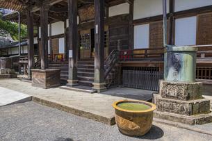 伊豆修善寺の観光名所 修禅寺本堂と正面脇の水槽と水瓶の写真素材 [FYI04890576]