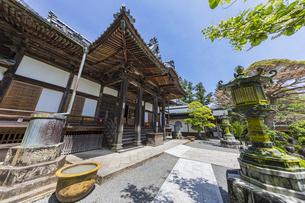 伊豆修善寺の観光名所 修禅寺本堂前の風景の写真素材 [FYI04890579]