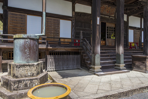 伊豆修善寺の観光名所 修禅寺本堂正面脇の水槽と水瓶の写真素材 [FYI04890582]