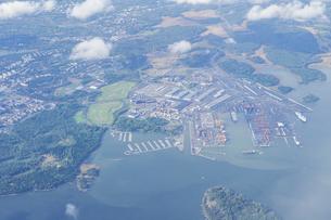 ヘルシンキ・ヴァンター国際空港着陸前に撮影、Porslahden venesatama(バルト海、フィンランド湾のマリーナ)の写真素材 [FYI04890599]