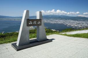 函館山山頂のモニュメントの写真素材 [FYI04890927]