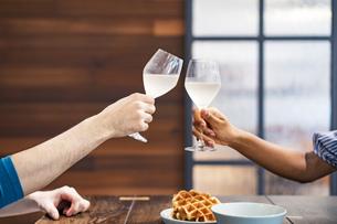 乾杯する男女(恋人・夫婦)のイメージ写真の写真素材 [FYI04891254]