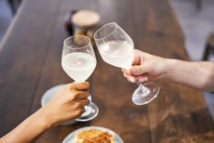 乾杯する男女(恋人・夫婦)のイメージ写真の写真素材 [FYI04891255]