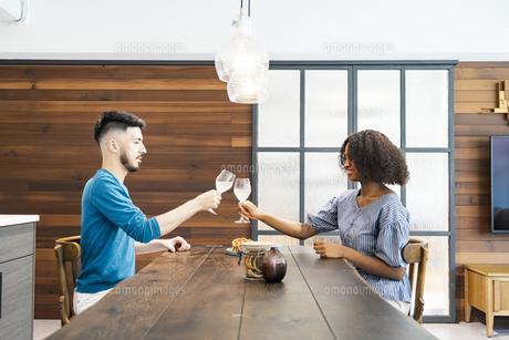 談笑するカップル・夫婦のイメージ写真の写真素材 [FYI04891256]