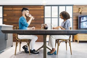 談笑するカップル・夫婦のイメージ写真の写真素材 [FYI04891262]