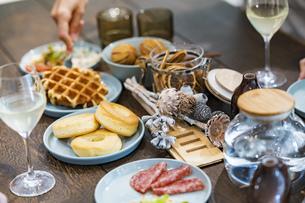ホームパーティーの食卓の写真素材 [FYI04891307]